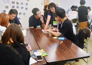 日本人と外国人の共同作業で「絵本翻訳」に取り組む参加者=基山町まちなか公民館