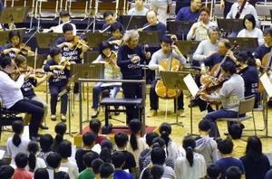 「子どものための音楽会」で指揮する小澤征爾さん(中央)=12日、水戸市