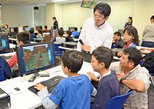 ゲーム「マインクラフト」で遊ぶ子どもたち=佐賀市のマイクロソフトイノベーションセンター佐賀