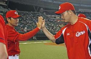 4勝目を挙げ、緒方監督(左)とタッチを交わす広島・薮田=メットライフドーム