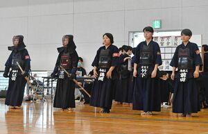 剣道女子団体で合同チームを組み試合に臨んだ鳥栖工、伊万里実、佐賀工の選手たち=三養基郡みやき町の中原体育館