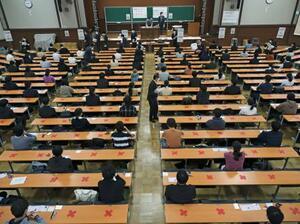 大学入学共通テストに臨む受験生=16日午前、東京・本郷の東京大学