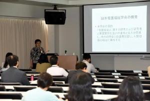 日本看護福祉学会30年周年記念式で講演する岡崎理事長=佐賀市の西九州大佐賀キャンパス