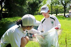 清掃活動をする佐賀西高の生徒たち=佐賀市の佐賀城本丸歴史館