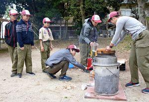 野外炊飯で豚汁づくりの準備を進める参加者=鳥栖市中央公園
