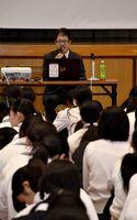 福田孝弁護士の話に耳を傾け、投票の意義を学ぶ生徒たち=小城市の牛津高