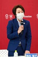 東京五輪・パラリンピック組織委の新型コロナウイルス対策専門家会議であいさつする橋本聖子会長=18日午前、東京都中央区(代表撮影)