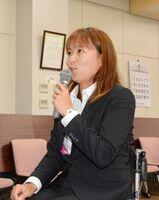 奨励金のお礼を述べ、東京パラリンピック出場への意気込みを語る大谷桃子選手=神埼市の西九州大