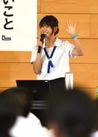 多良中学校で平和についての講演をした佐賀西高3年の伊勢優香さん=太良町の同校