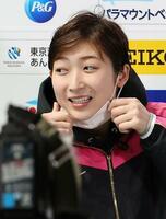25秒62で4位となった日本学生選手権の女子50メートル自由形を終え、報道陣の取材に臨む池江璃花子=1日、東京辰巳国際水泳場(代表撮影)