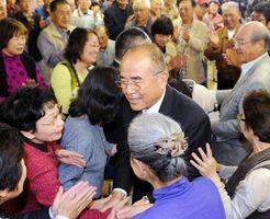 3選を果たし、支持者と握手をしながら事務所に入る秀島敏行氏=2013年10月20日、佐賀市本庄町の事務所