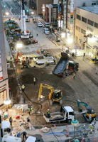 下水道など損傷したライフラインの復旧工事=JR博多駅前