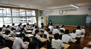 全国学力テストに臨む生徒たち=佐賀市内の中学校