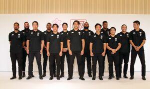 副島亀里ララボウラティナラ(左から4人目)らラグビー男子7人制日本代表(c)JRFU