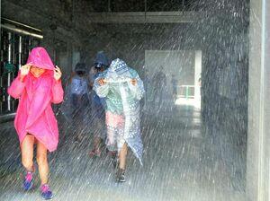 暴風雨体験をする児童ら=佐賀市の県消防学校