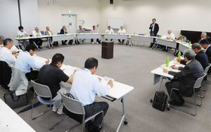 地域の実情を把握するため、ヒアリング調査の実施を決めた「佐賀市水対策市民会議」=佐賀市の佐賀商工ビル