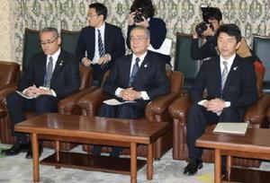 原子力防災に関し、離島対策の拡充を求める長崎県の中村法道知事(中央)=長崎県庁