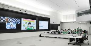 埼玉、千葉、神奈川3県の知事らとテレビ会議を開く東京都の小池百合子知事(右端)=5日午後、都庁