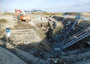 発掘調査のために地表に露出しているドライドックの木組み骨格=佐賀市の三重津海軍所跡