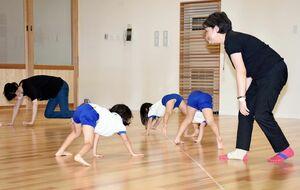音楽に合わせて体を動かしながら、心と体をコントロールする術を学ぶ子どもたち=基山保育園