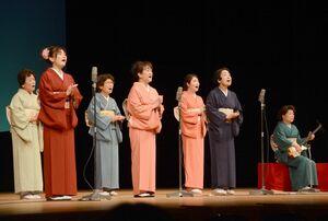 民謡で観客を盛り上げる参加者=佐賀市文化会館