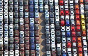 横浜港で輸出を待つ自動車=2017年