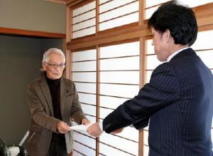 原発再稼働で慎重な対応を求める要望書を提出する原発ゼロ佐賀市の会のメンバー(左)=佐賀市役所