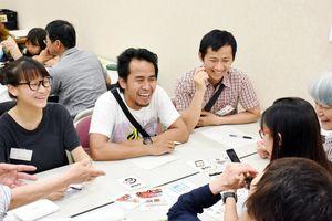 笑顔で日本語を学ぶ参加者=鳥栖市のとす市民活動センター