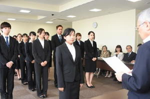 永原学園奨学金の決定通知書を受け取る代表者=佐賀市の西九州大学佐賀キャンパス
