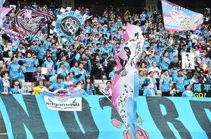 鳥栖-F東京 スタンドから声援を送る鳥栖サポーター=東京都の味の素スタジアム