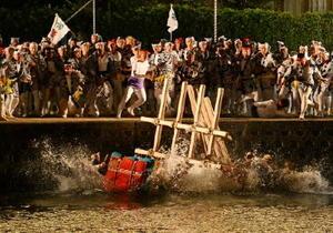 勢いよく伊万里川に落ち、水しぶきを上げた荒神輿と団車=伊万里市