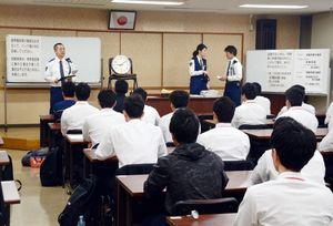試験前に説明を受ける受験者たち=佐賀市の県警本部