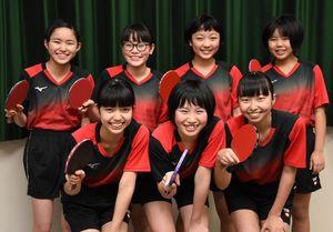 九州大会、全国大会での活躍を誓う脊振中卓球部のメンバー=神埼市脊振町の勤労者体育館