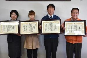 署長感謝状を受け取った左から吉村さん、堀内さん、吉田さん、貞冨さん=佐賀市の佐賀警察署