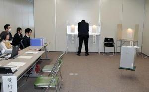 市役所内の期日前投票所。投票の動きは鈍く、前回に引き続き低投票率が予想される=小城市役所