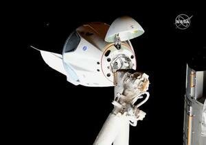スペースXの有人型ドラゴン宇宙船(中央のカプセル)(NASAテレビ)