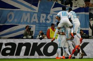 欧州リーグ準決勝第1戦、ザルツブルク戦で2点目のゴールを喜ぶマルセイユの選手たち=26日、マルセイユ(ロイター=共同)