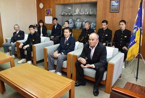 伊万里市役所を表敬訪問し、全国大会での活躍を誓った伊万里ボーイズの監督と選手たち