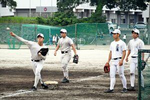 SSP杯に向けて懸命に部活動に励む早稲田佐賀の野球部員たち=唐津市の早稲田佐賀高グラウンド