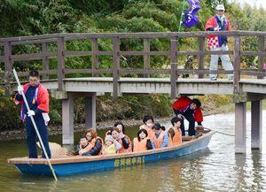 どんこ舟に乗って景色を楽しむ親子連れら=神埼市千代田町の直鳥クリーク公園