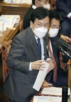 衆院予算委で菅首相に質問する立憲民主党の枝野代表=10日午前