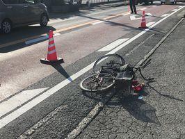 軽乗用車にはねられた自転車が横たわる事故現場=小城市三日月町