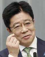 記者会見で「第33回日本メガネベストドレッサー賞」に選ばれたことを明らかにする加藤官房長官=27日午後、首相官邸