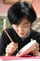 細かな線を得意とする納富彩子さん。「やらなきゃと思いながら取り組んでこなかった大きな作品も手掛けていきたい」と語る=武雄市山内町