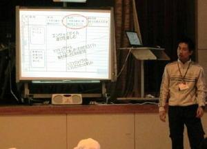 体育の授業でICT機器を使う久保明広先生