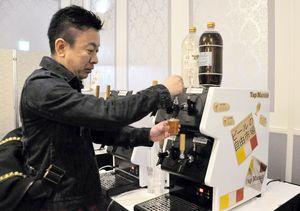 クラフトビール専用の小型サーバーの扱い方を確かめる飲食店関係者=佐賀市のニューオータニ佐賀