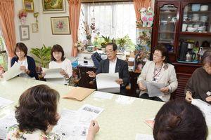 がんにならない食事などについて説明する太田善郎医師(中央)=上峰町の上峰がんサロン「とっこらーと」