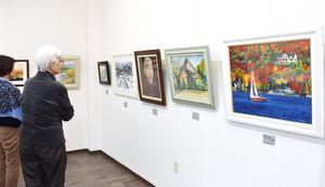 郷土の風景を描いた作品なとが並ぶ「第15回アトリエ美知展」=佐賀市のキシカワ文画堂