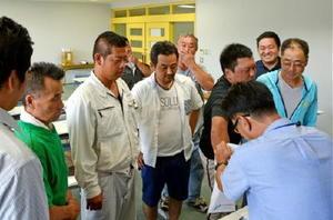 組み合わせ抽選に臨む各チームの監督=唐津市高齢者ふれあい会館
