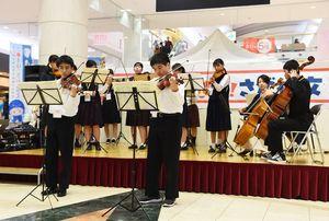 器楽・管弦楽部門で息の合った演奏を見せる県合同チーム=佐賀市のゆめタウン佐賀